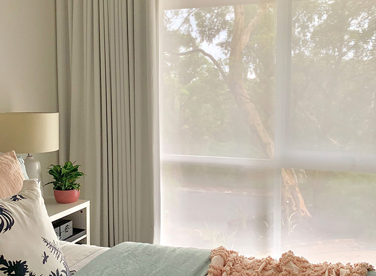 Sunscreen roller blind with blockout curtains